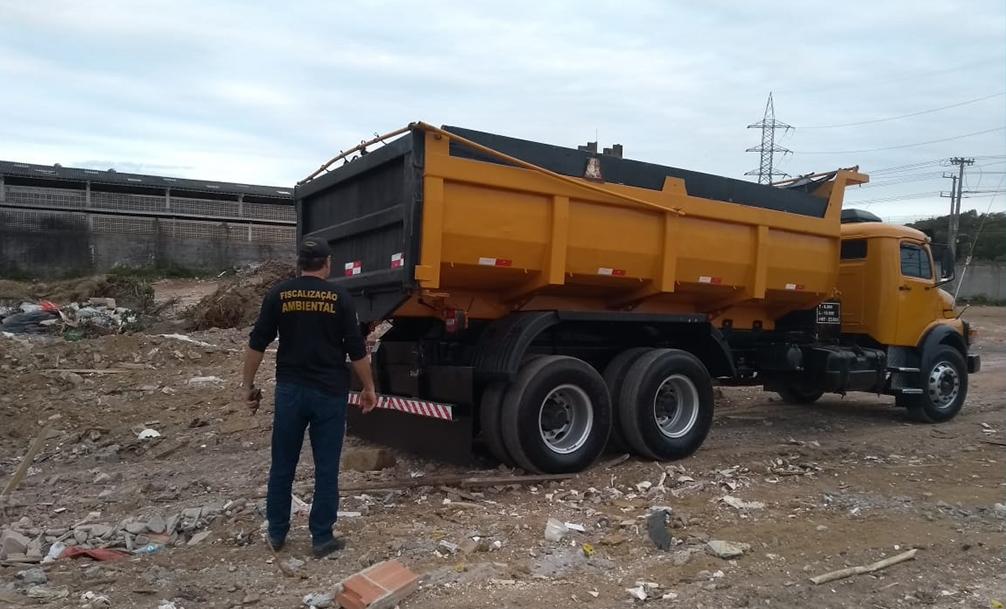 Motoristas são detidos após jogarem entulho em terreno na Serra