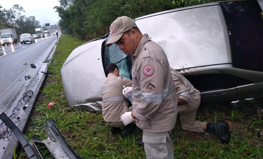Acidente grave com capotamento de carro na Serra