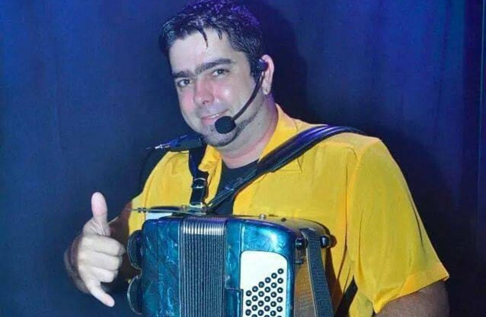No ritmo do 'catingão de pinga' cantor de Nova Almeida manda ver no forró