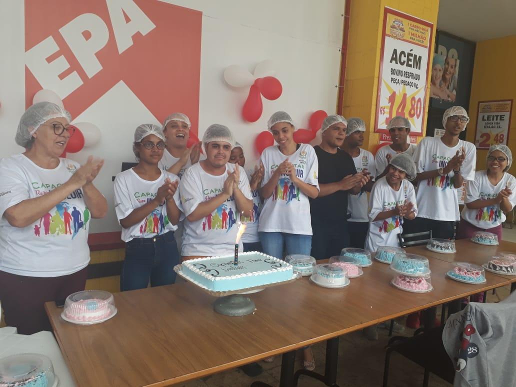 Alunos da Apae da Serra participam de workshop de confeitaria em Camburi